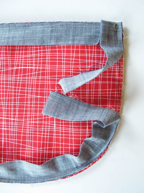 Vinyl Zip Pouch Tutorial - Stop sewing the binding on about 1″ past the top of the last corner and backstitch