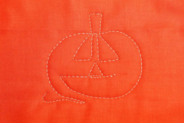 Jack-o-Lantern Free-motion Quilting-stitch the triangle nose