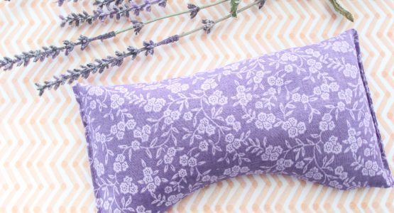 https://weallsew.com/wp-content/uploads/sites/4/2018/04/aromatherapy-eye-pillow-5822-555x300.jpg