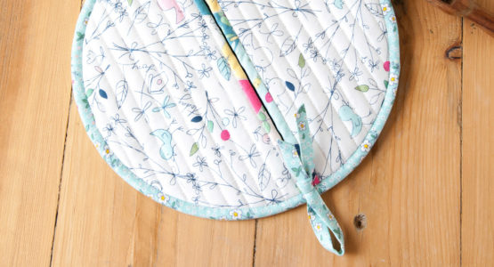 https://weallsew.com/wp-content/uploads/sites/4/2018/10/Circle-Potholder-Tutorial-1180-x-600-from-WeAllSew-555x300.jpg